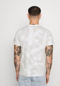 G-Star - TAPE CAMO AOP ROUND SHORT SLEEVE - T-shirt imprimé - cool grey - 2
