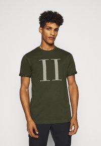 Les Deux - ENCORE  - T-shirts print - deep forrest/sleet grey - 0