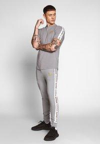 11 DEGREES - ASYMMETRIC TRACK PANTS - Pantaloni sportivi - silver - 1