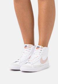 Nike Sportswear - BLAZER MID '77 - Vysoké tenisky - white/pink oxford/black/summit white - 0