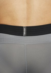 Nike Performance - Pantalón corto de deporte - smoke grey/black - 4