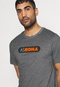 Nike Performance - AS ROM DRY TEE GROUND - T-shirt imprimé - charcoal heathr - 4