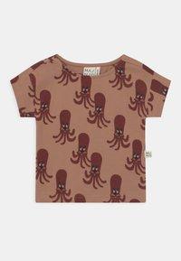 Mainio - OCTOPUS UNISEX - Print T-shirt - camel - 0