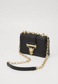 Versace Jeans Couture - CROSS BODY FLAP CHAINSALOPETTE - Torba na ramię - nero - 3