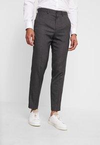 Isaac Dewhirst - STAND ALONE TEXTURE - Spodnie garniturowe - grey - 0