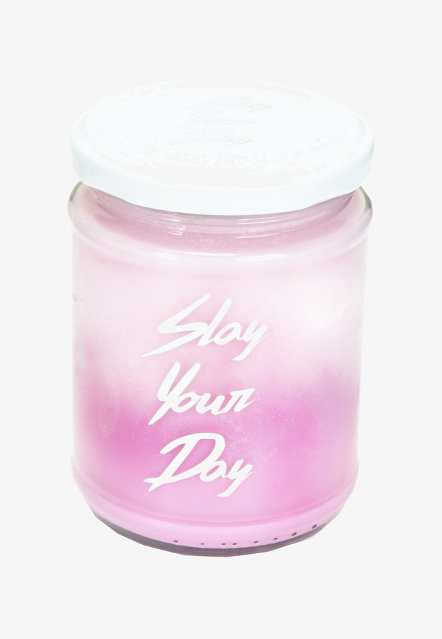 CANDLE - Geurkaars - slay your day - multi pink rose gin