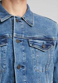 GAP - V-DENIM ICON CALM - Veste en jean - medium worn - 5