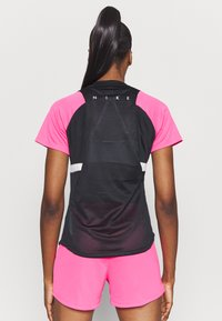 Nike Performance - DRY - Print T-shirt - black/hyper pink/white