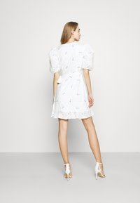 Missguided - FLORAL BRODERIE PUFF SLEEVE MINI DRESS - Kjole - white - 2