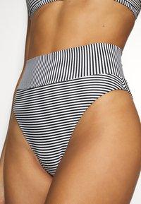 aerie - HI CUT CHEEKY PRINTED FEEDER STRIPE - Bikinibroekje - true black - 4