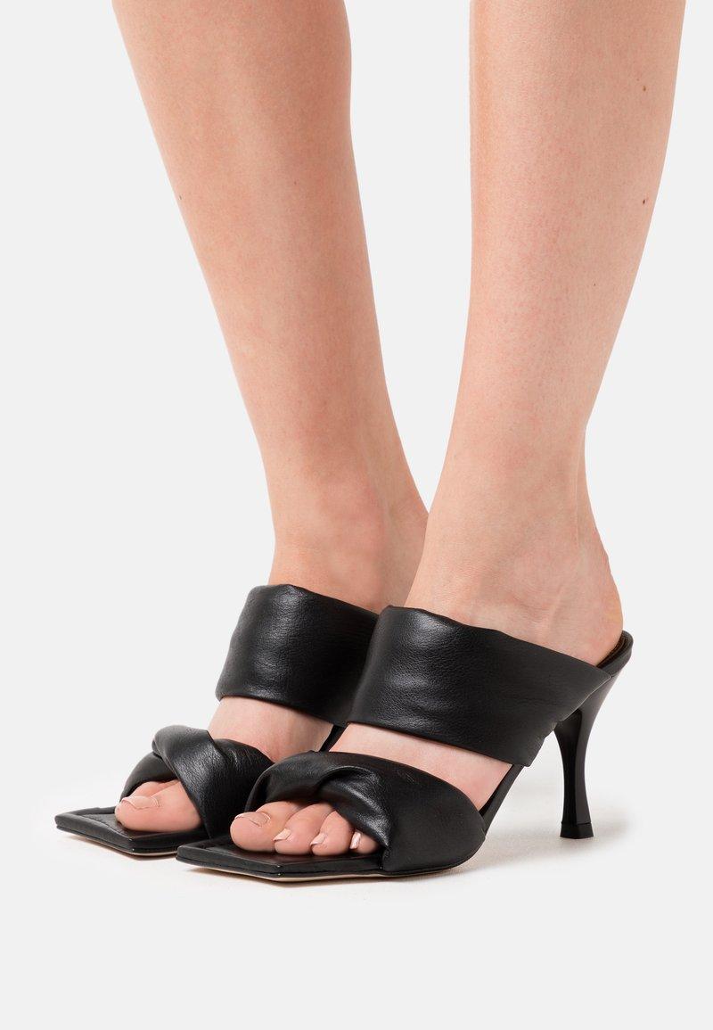 ALOHAS - TWIST STRAP - Pantofle na podpatku - black