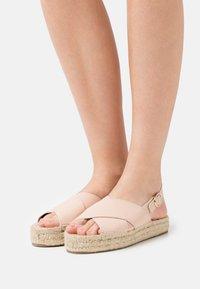 JUTELAUNE - VEGAN CROSSED FLAT  - Sandály na platformě - nude - 0
