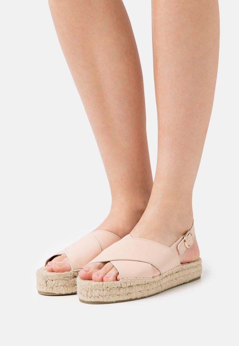 JUTELAUNE - VEGAN CROSSED FLAT  - Sandály na platformě - nude