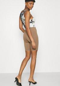 Good American - LOUNGE BIKE - Shorts - putty - 3