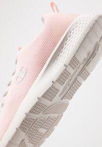 Champion - LOW CUT SHOE DOUX - Sports shoes - pink - 5