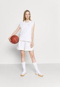 Nike Performance - SHORT - Short de sport - birch heather/pale ivory - 1
