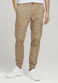 TOM TAILOR DENIM - Cargo trousers - smoked beige - 0
