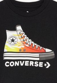 Converse - PRINTED SNEAKER TEE - T-shirt z nadrukiem - black - 3