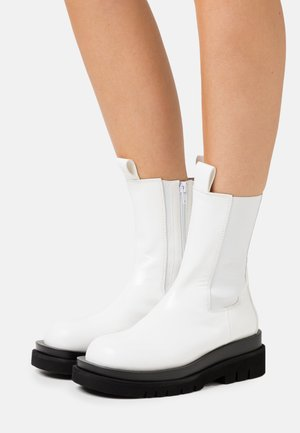 TANKED - Platform boots - white box