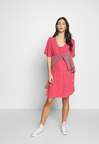 ohma! - NURSING DOTTED DRESS CROSSED WITH BUTTON - Vestido camisero - strawberry