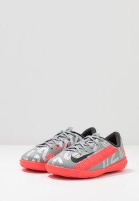 Nike Performance - MERCURIAL JR VAPOR 13 ACADEMY IC UNISEX - Indoor football boots - metallic bomber grey/black/particle grey - 3