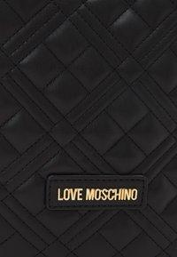 Love Moschino - QUILTED TOP HANDLE CROSSBODY - Across body bag - nero - 4