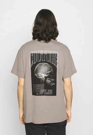 OVERLOCK DETAIL SKULL GRAPHIC - T-shirt imprimé - taupe acid wash