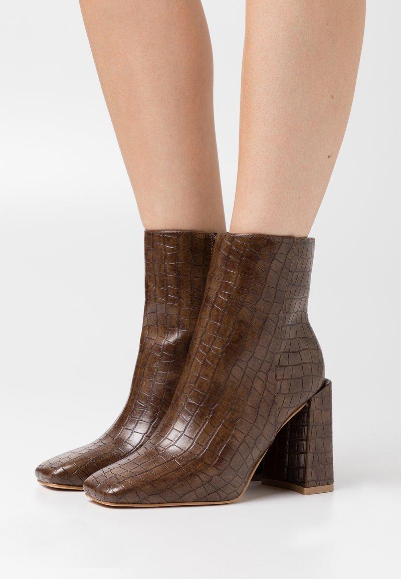 Glamorous Wide Fit - Kotníková obuv na vysokém podpatku - brown