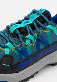 New Balance - GESHALB UNISEX - Scarpe da trail running - black/blue - 5
