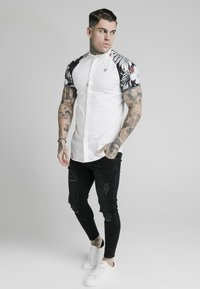 SIKSILK - Overhemd - white  floral - 1