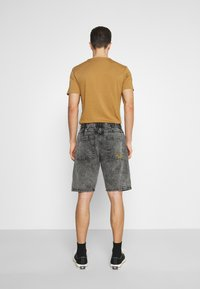 Von Dutch - REMY - Jeansshorts - black over dye - 2