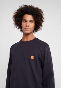 Tonsure - DAVID - Langærmede T-shirts - dark navy/orange teddy - 4