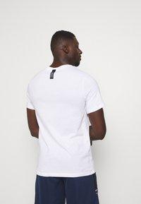 Nike Performance - TEE GLOBAL EXPLORATION - Print T-shirt - white - 2