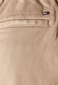 Tommy Hilfiger - SOFT PULL ON TAPERED PANT - Trousers - beige - 2