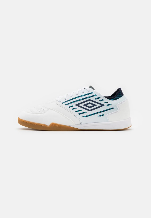 CHALEIRA II PRO - Indoor football boots - white/peacoat/capri breeze