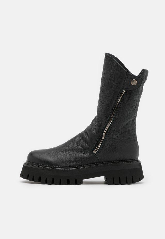 GROOVY - Platform boots - black