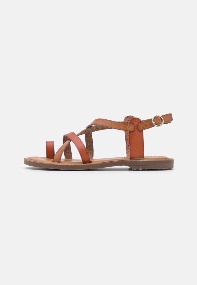 Tongs - camel