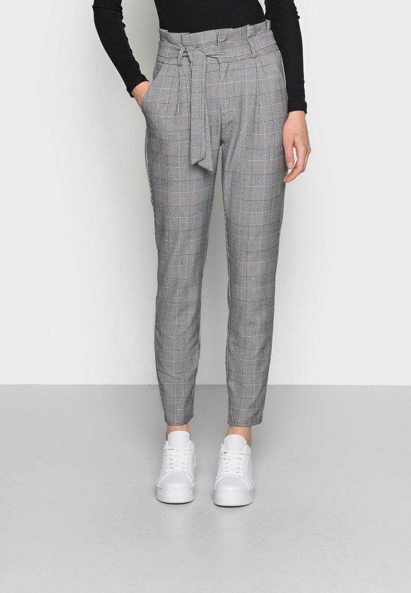 Vero Moda - VMEVA PAPERBAG CHECK PANT - Bukse - grey/white