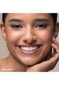 Bobbi Brown - SKIN LONG WEAR WEIGHTLESS FOUNDATION SPF15 - Foundation - warm honey - 1