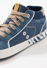 Geox - ALONISSO BOY - Zapatillas altas - avio/beige - 2