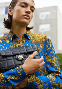 Versace Jeans Couture - QUILTED CROSSBODY - Across body bag - nero - 6