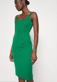 Banana Republic - NECK SHEATH SOLID - Denní šaty - luscious green - 4