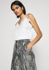 NA-KD - FLOWY PANTS - Pantalon classique - silver - 3