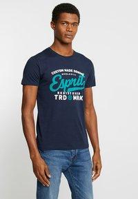 Esprit - T-shirt con stampa - navy - 0