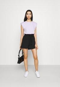 ONLY - ONLLAVENDER PAPERBAG - Shorts - black - 1