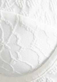 Hunkemöller - LIBBY V FRONT - Bikini top - white - 2