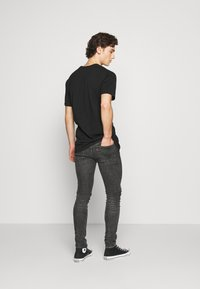 Levi's® - SKINNY TAPER - Vaqueros pitillo - black denim - 2