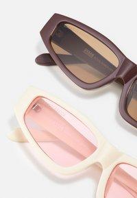 Urban Classics - SUNGLASSES LEFKADA UNISEX 2 PACK - Occhiali da sole - brown/offwhite/pink - 2