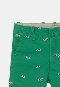 GAP - TODDLER BOY  - Shorts - parrot green - 2