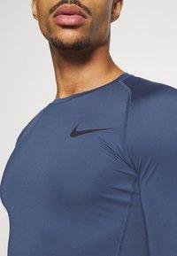 Nike Performance - T-shirts - mystic navy/black - 5